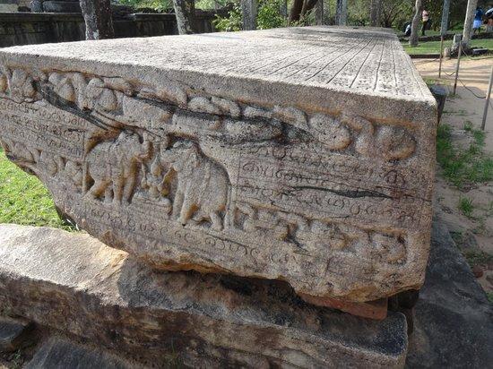 Polonnaruwa: 世界一重い本、ガルポタ