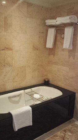 Mandarin Oriental, Singapore: tub