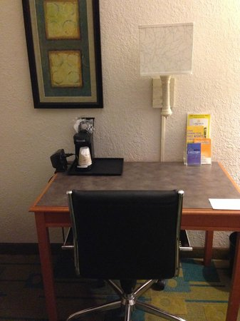 La Quinta Inn & Suites Nashville Airport/Opryland : Desk area.
