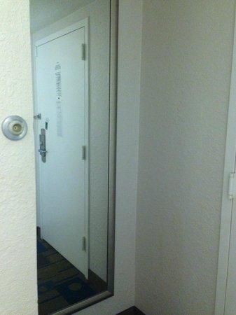 La Quinta Inn & Suites Nashville Airport/Opryland : Full length mirror.
