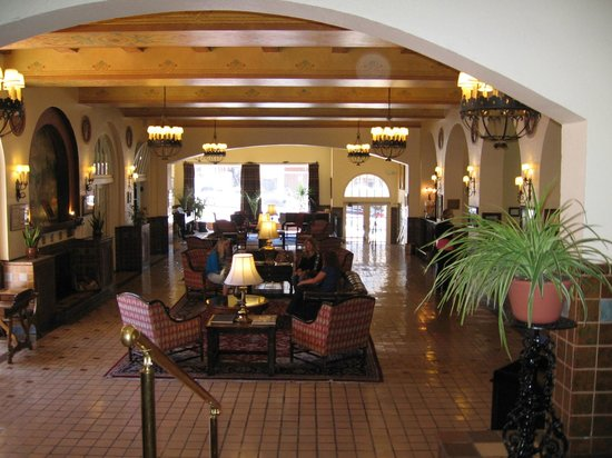 Hassayampa Inn: Foyer and lounge area