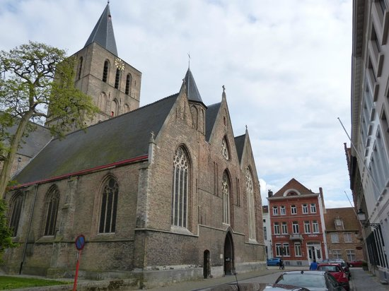 Hotel Asiris & Sint-Gillis Church