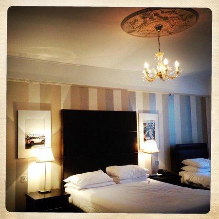 Queens Hotel: Bedroom decor