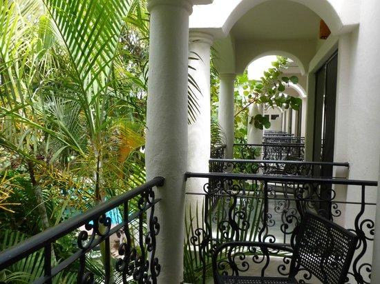 Hacienda Paradise Boutique Hotel by Xperience Hotels: balcones amplios, con una mesita y 2 sillones