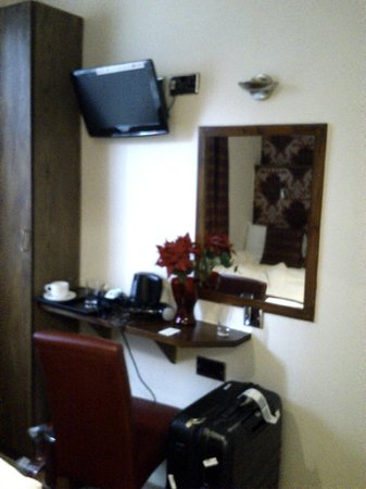 Leigh House Hotel: Dresser and TV