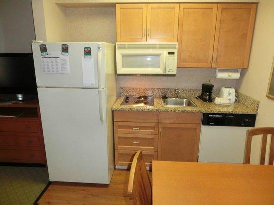 Homewood Suites Orlando-International Drive/Convention Center: 電子レンジと冷蔵庫のあるキッチン