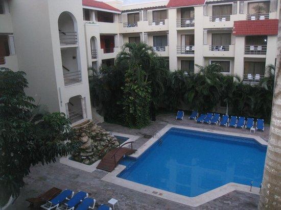 Adhara Hacienda Cancun: vue du balcon intérieur de l'hôtel avec piscine