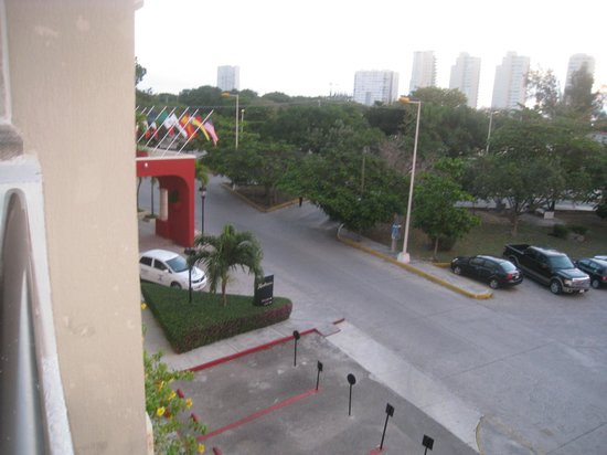 Adhara Hacienda Cancun: vue en sortant de la chambre coté rue avec l'entrée de l'hôtel