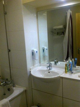 Premier Inn Coventry City Centre (Belgrade Plaza) Hotel: Bathroom