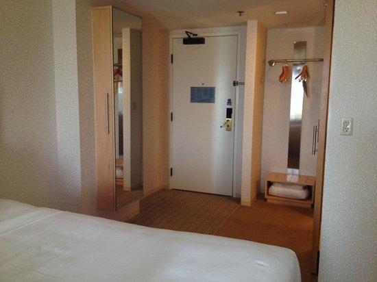 Hyatt Regency Santa Clara: entry/closet
