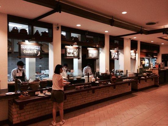 Movenpick Suriwongse Hotel Chiang Mai: Buffet breakfast