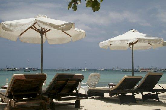 Surfside Boracay Resort & Spa : Beach front area of Surfside