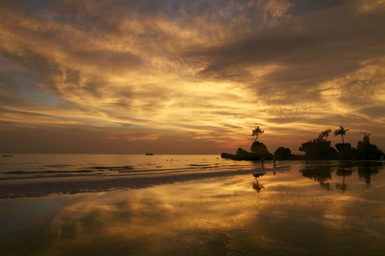 Surfside Boracay Resort & Spa : Sunset at Willy's Rock