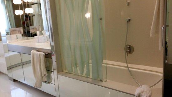 The Mirror Barcelona: baignoire dans la chambre