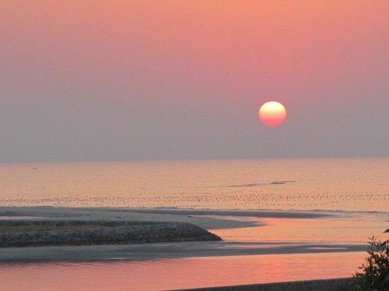 The Cove Rotana Resort Ras Al Khaimah: Sunset from our room