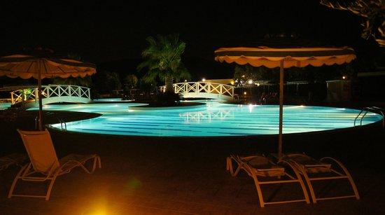 Electra Palace Rhodes: ved bassenget om kvelden