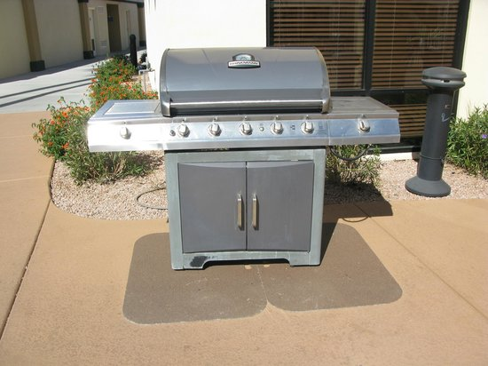 Days Inn & Suites Scottsdale North : Grill area