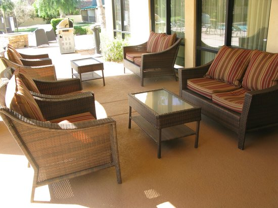 Days Inn & Suites Scottsdale North : Outdoor Lounge Area