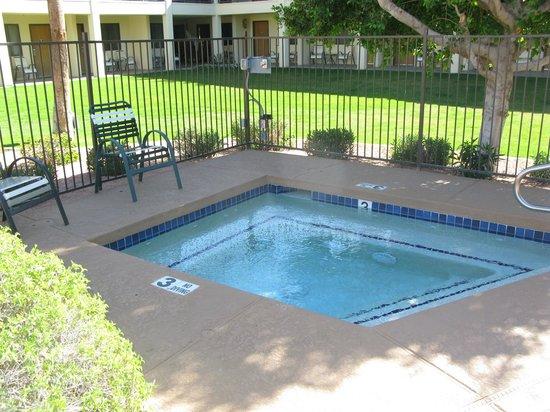Days Inn & Suites Scottsdale North: Hot Tub
