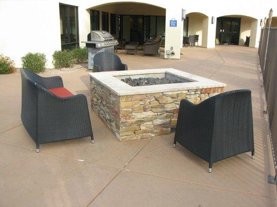 Days Inn & Suites Scottsdale North : Firepit