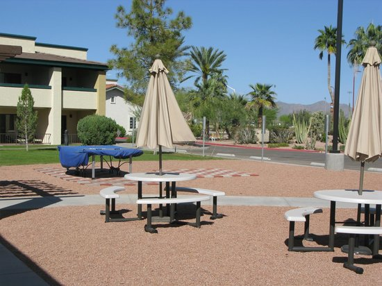 Days Inn & Suites Scottsdale North: Ping pong table and picnic area