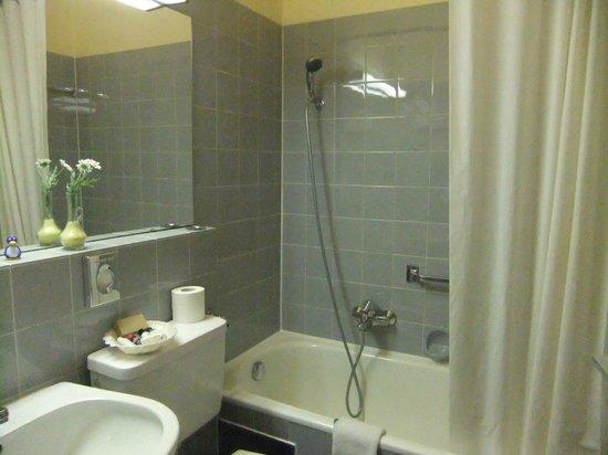 Romantik Hotel Bold: Dated bathroom