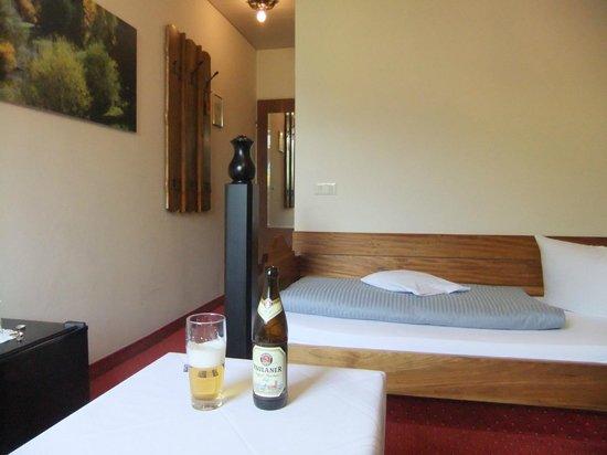 Romantik Hotel Bold: Dated carpet