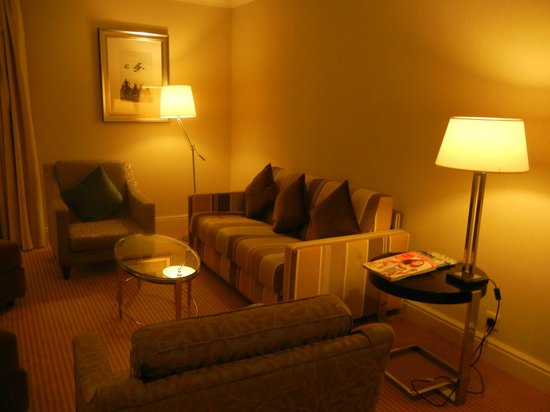 Sheraton Skyline Hotel London Heathrow: Comfortable/modern Living Room