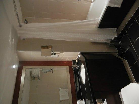 Sheraton Skyline Hotel London Heathrow: Clean, attractive and modern bathroom