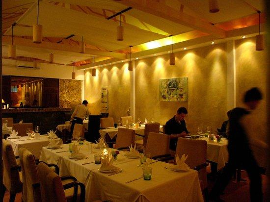 Cafe des Amis : Main Dining Area