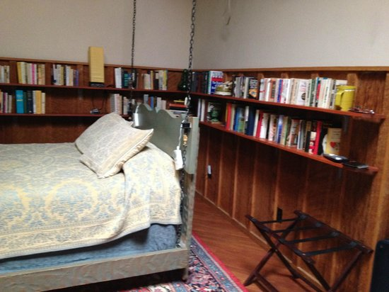 Sutter Creek Inn: hanging bed with bookshelves