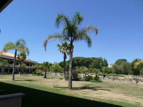 Monte da Quinta Resort: View of the garden from our suite