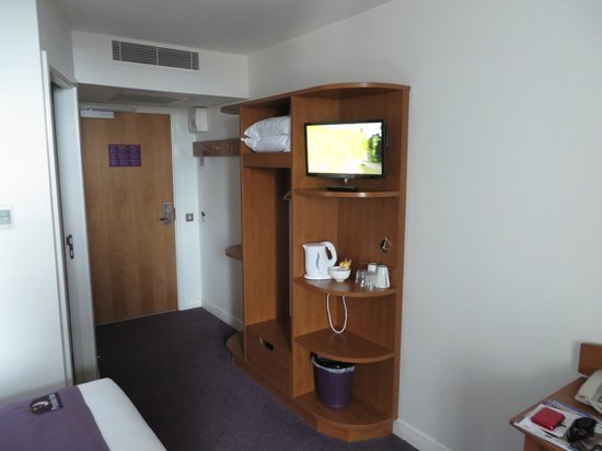 Premier Inn Glasgow City Centre Buchanan Galleries Hotel: TV and Amenities