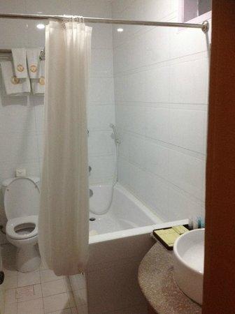 Hotel Yadanarbon : Bathroom Combined bath & Shower