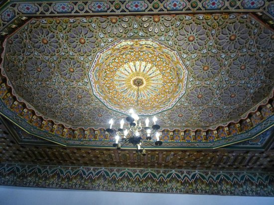 Restaurant dar hatim : One of the many ornate ceilings in the resturant