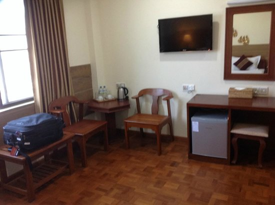 Hotel Yadanarbon : Table and TV- Top floor