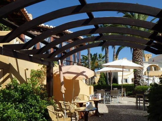 Pestana Palm Gardens: Through to the excellent restaurant Pimentapreta - not the cheapest but excellent service and me