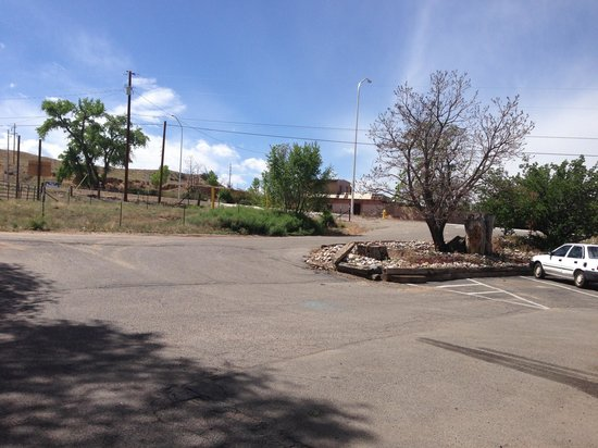 Motel 6 Espanola: No signage by parking lot entrance. Makes it very hard at night