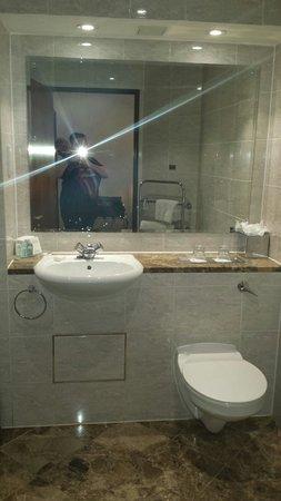 Macdonald Holyrood Hotel : Clean and pristine bathroom