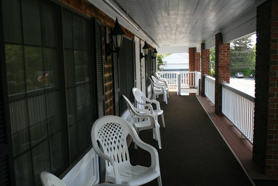Sea View Motel: Spacious balcony and exterior seating