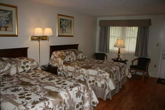 Sea View Motel: Garden Terrace Doubles, wood floors