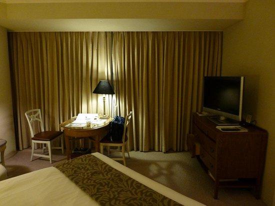 Yokohama Royal Park Hotel: 部屋は広いです.ただし,写真左に丸い柱があります.