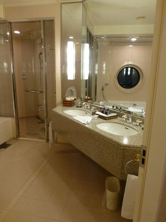 Yokohama Royal Park Hotel : 十分な浴槽・シャワールーム・洗面台・トイレの広さです.