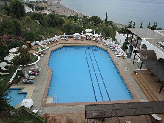 Lindos Mare Hotel: Piscina vista dall'alto
