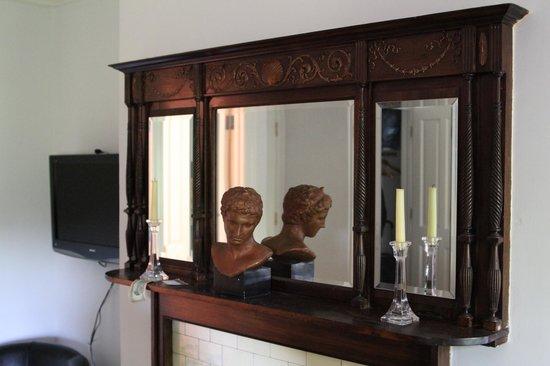 Harlem Renaissance House B&B: Mirror in a very lovely room