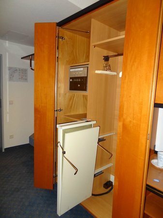 Best Western Plus Palatin Kongresshotel : Wardrobe with press inside the room