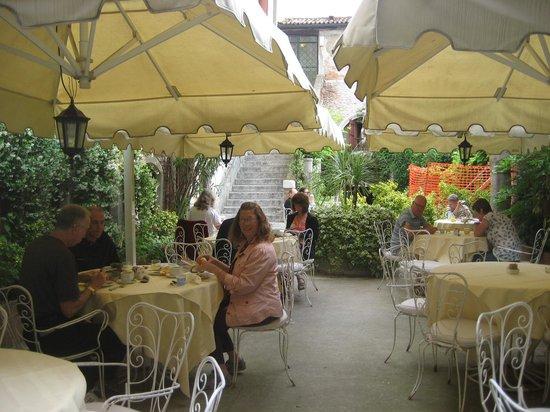 Hotel Al Sole : patio dining
