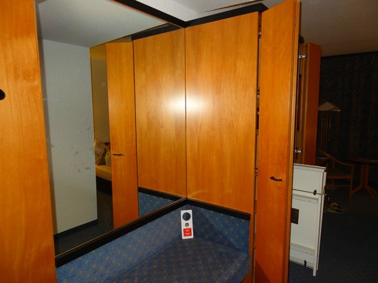 Best Western Plus Palatin Kongresshotel : wardrobe inside the room