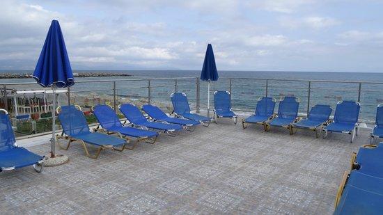 Menia Beach Hotel : terrace above the restaurant