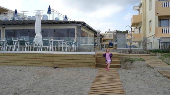 Menia Beach Hotel: descent to the beach